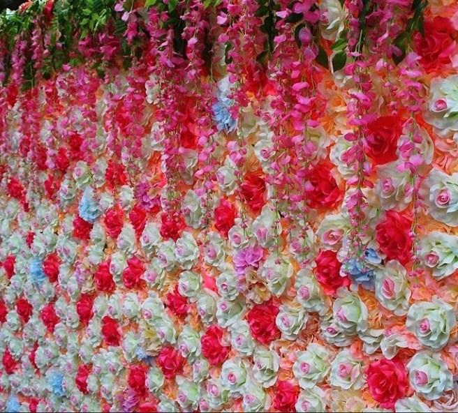 Фотозона цветочная стена из белых и розовых роз