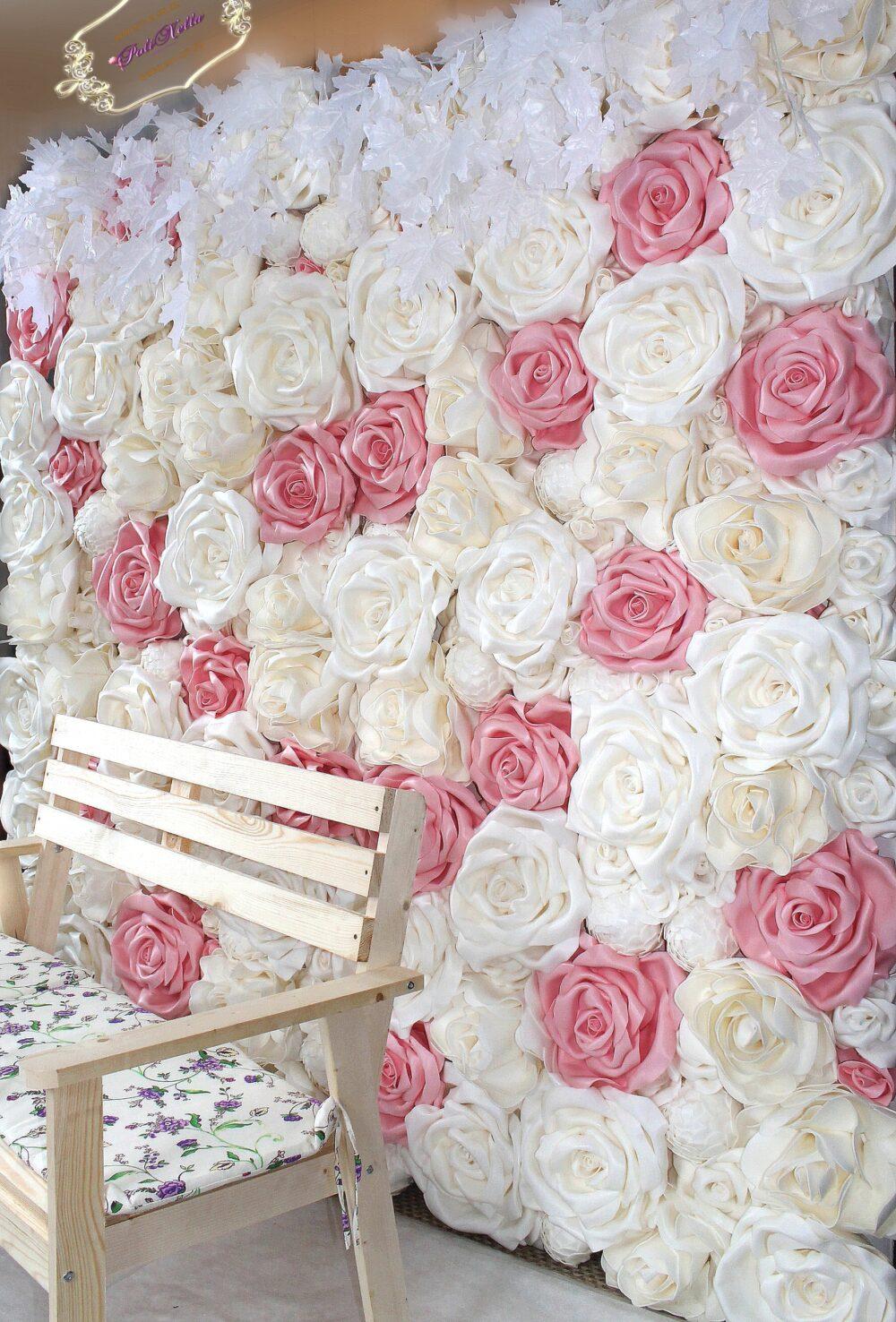 Фотозона из розовых и белых больших роз