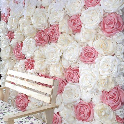 Фотозона розовая из ростовых цветов