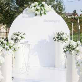 Фотозона белая с колоннами-тубами. Диаметр - 2 метра. Цена аренды 30 тысяч. Только под заказ.
