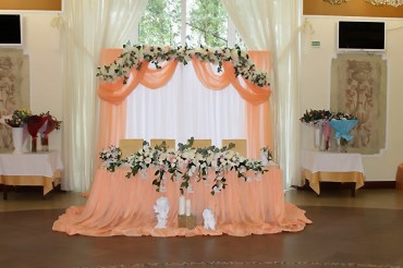 Свадебный президиум в персиковом цвете