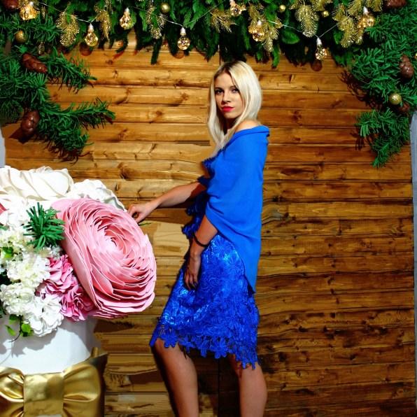 Фотозона деревянная с большими цветами