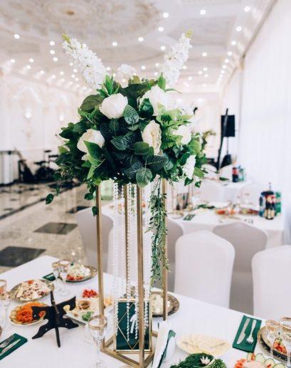 Цветочная композиция на гостевые столы геометрия