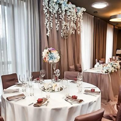 Украшение зала для маленькой свадьбы