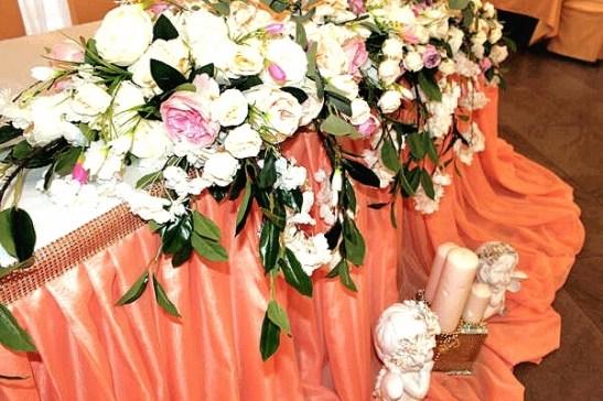 Композиция из цветов для персиковой свадьбы