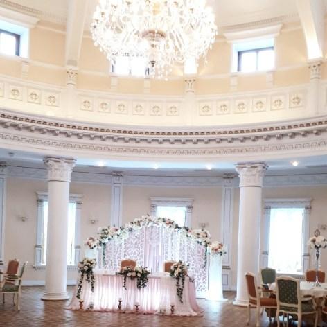 Свадебный зал украшенный ширмой фотография