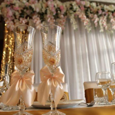 Украшение свадебных бокалов в золотом цвете