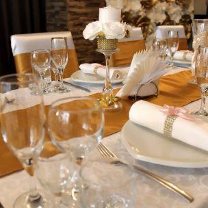 Украшение стола молодых на свадьбу