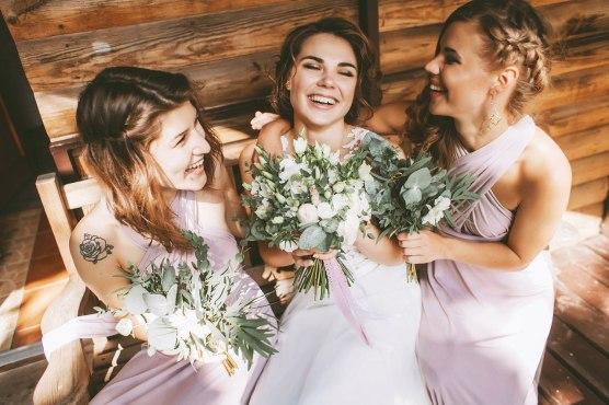 Свадебная фотография невеста с подружками