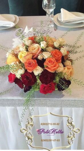 Цветочная композиция из живых цветов на свадьбу в персиковом