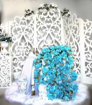Резные колонны для свадьбы в голубом цвете