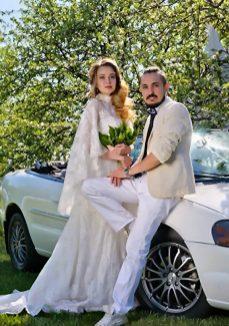 Жених и невеста на свадебной прогулке фото