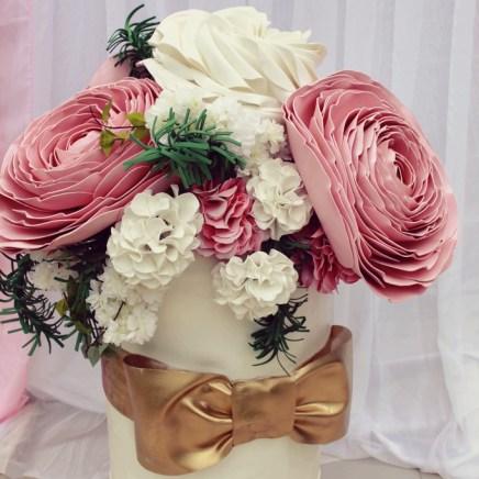 Композиция из цветов в коробке шляпной