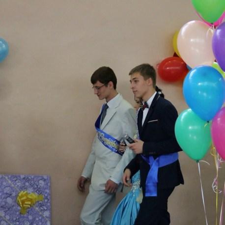 Оформление зала шарами на выпускной в школе