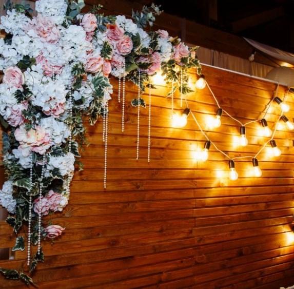 Композиция из цветов на свадебный задник