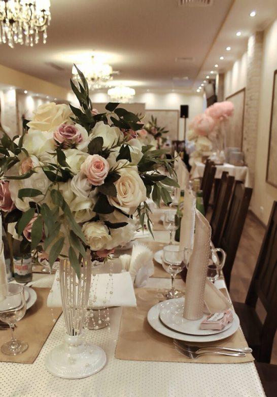 Оформление зала на свадьбу цветами и тканью