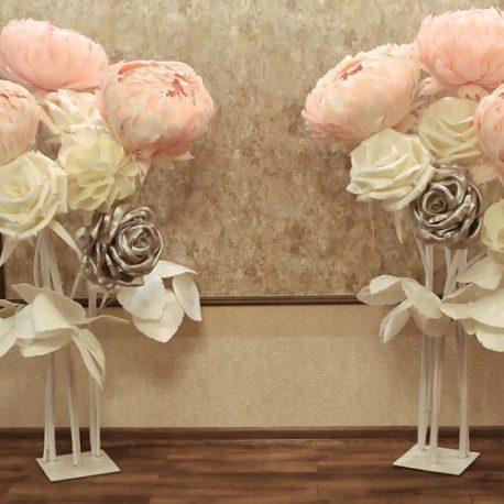 Оформление зала на свадьбу большими цветами розами