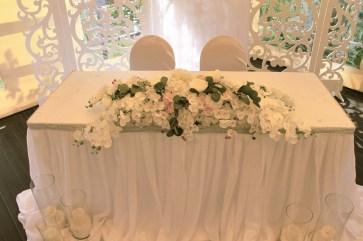 Украшение шатра на свадьбу орхидеями и розами