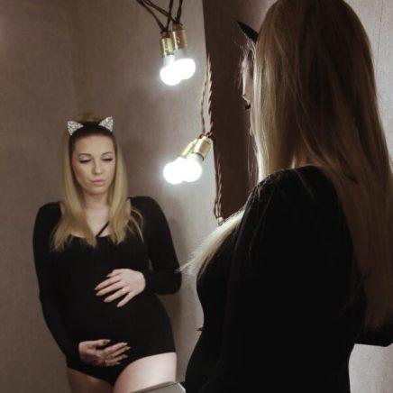 Фотосессия беременной с зеркалом