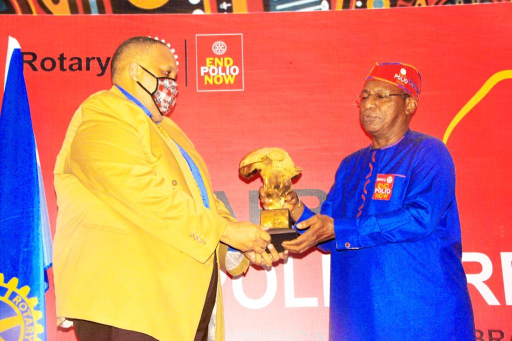 H.E. Mr Thami Mseleku, Head of Mission, South African High Commission (left) receives award on behalf of African Union Chairman, H.E. Cyril Ramaphosa South African President