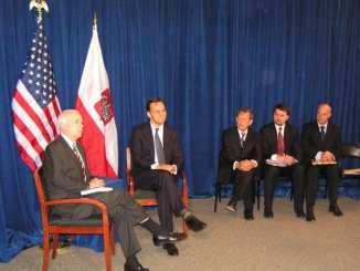 Minister Radosław Sikorski w rozmowie z senatorem Johnem McCainem