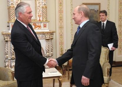 Vladímir Putin y Rex Tillerson, presidente de ExxonMobil y futuro secretario de Estado de EE.UU., en la firma de un acuerdo entre el gobierno ruso y la petrolera (Moscú, 2012)