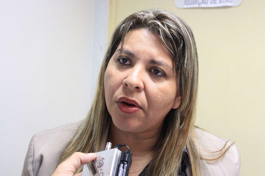Vereadora governista pressiona prefeitura para apresentar cronograma de retomada das aulas presenciais
