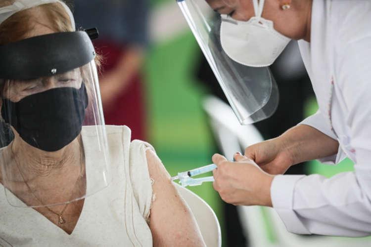 MS recomenda: vacina deve ser tomada mesmo fora do prazo. Mais de 416 mil pessoas não receberam 2ª dose