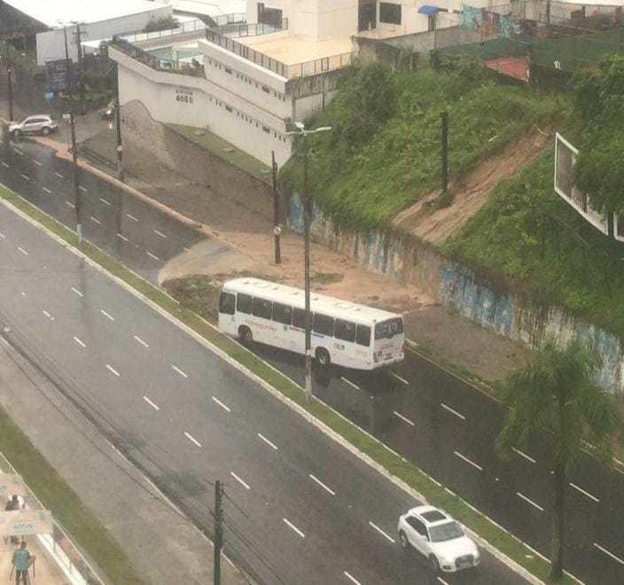 Barreira cede, interdita parte da Av. Epitácio Pessoa e linhas de ônibus que passam por pontos alagados ficam suspensas temporariamente
