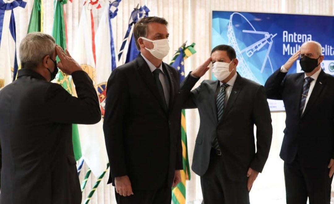 Bolsonaro assina MP para limitar remoção de conteúdos das redes sociais na véspera de atos de raiz golpista