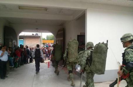 Integrantes de la Sección 22 obligaron a elementos del Ejército a abandonar las oficinas del Consejo Distrital del INE en Miahuatlán. (@JacintoMosabiPe)