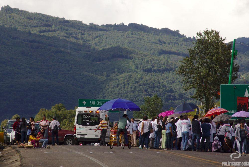 Médicos mantienen asamblea en el bloqueo de San Cristóbal de las Casas | Fotografía: Antonio Hernández