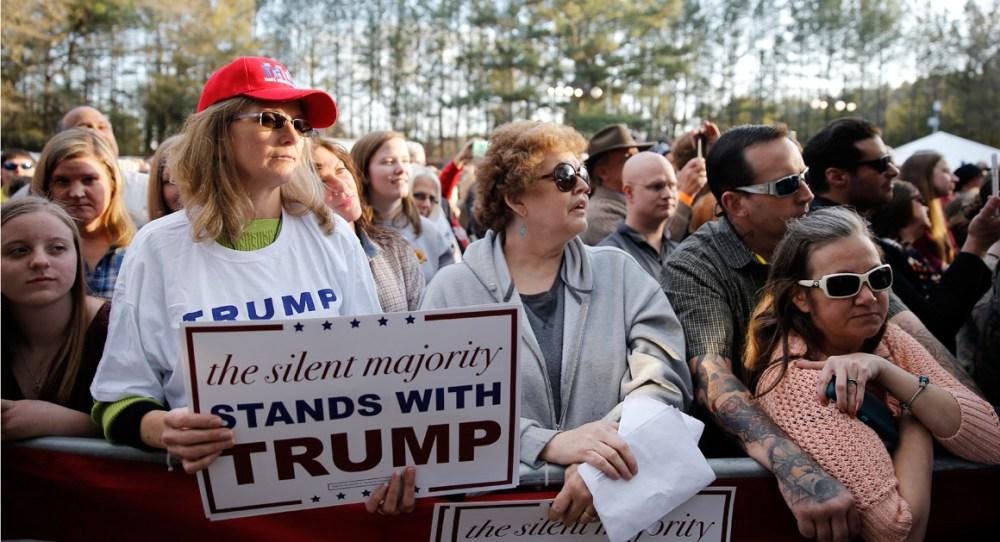 """La mayoría de los seguidores de Donald Trump pertenecen a un estrato social que se siente desplazado por los migrantes, agraviado por gobiernos que los han olvidado, y además se sienten vilipendiados como """"asquerosos racistas"""" cuando, dicen ellos, se atreven a protestar sobre su situación. Son personas por lo general de procedencia euro-estadounuidense y de las clases trabajadoras, quienes se sienten parte de la """"mayoría silenciosa"""", del corazón mismo de la nación, los Estados Unidos (Imagen de archivo)."""