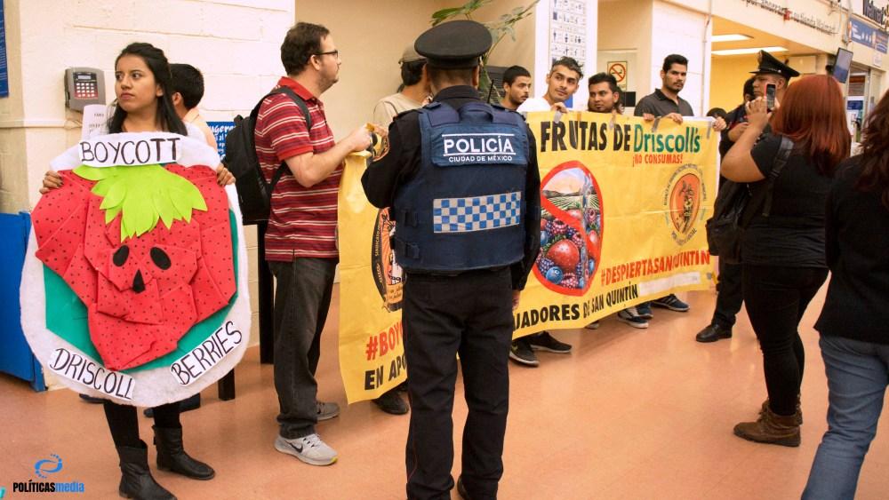 Boycott Driscoll's en apoyo a jornaleros de San Quintín, Walmart - Plaza Copilco. Foto: Paty Olivares.