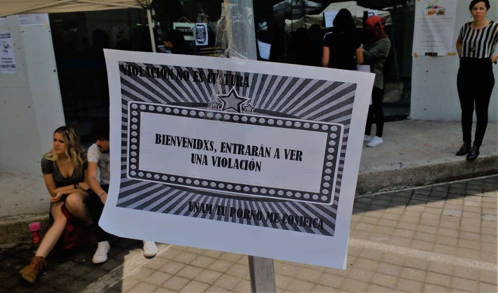 Cartel pegado por las manifestantes en la FCPyS, UNAM. Foto: Pablo Gómez_Políticas Media.