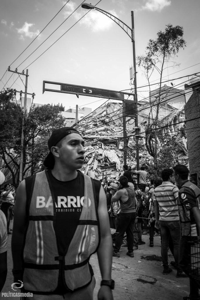 Voluntario apoyando en las labores de rescate ante colapso de edificio en Gabriel Mancera y Escocia, en la Colonia Del Valle. Foto: Mónica Olivares | Políticas Media.