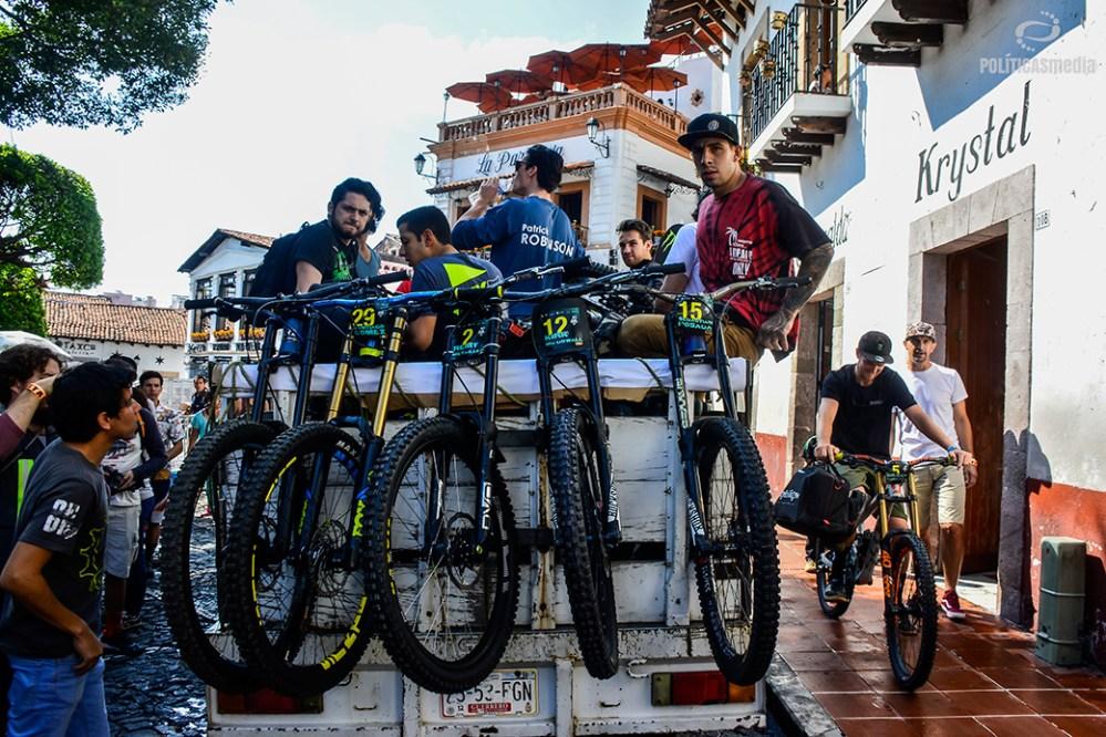 Ciclistas esperan el ascenso al mirador La Panorámica, Taxco Guerrero. Fotografía: Alan Bazán | Políticas Media