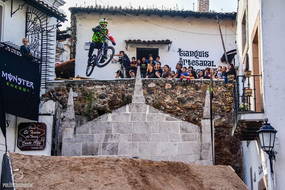 Participante descendiendo de la pista en la sexta edición de Down Hill Taxco, Guerrero. Fotografía: Alan Bazán | Políticas Media