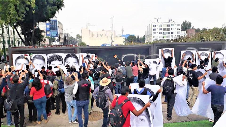 Un sector de manifestantes colocan carteles con los rostros de los 43 entre la avenida Paseo de la Reforma y la calle Juárez, frente al Monumento a Colón en la Ciudad de México a 43 meses de la desaparición forzada de los normalistas, 26 de abril de 2018 | Fotografía de Martín López Gallegos.