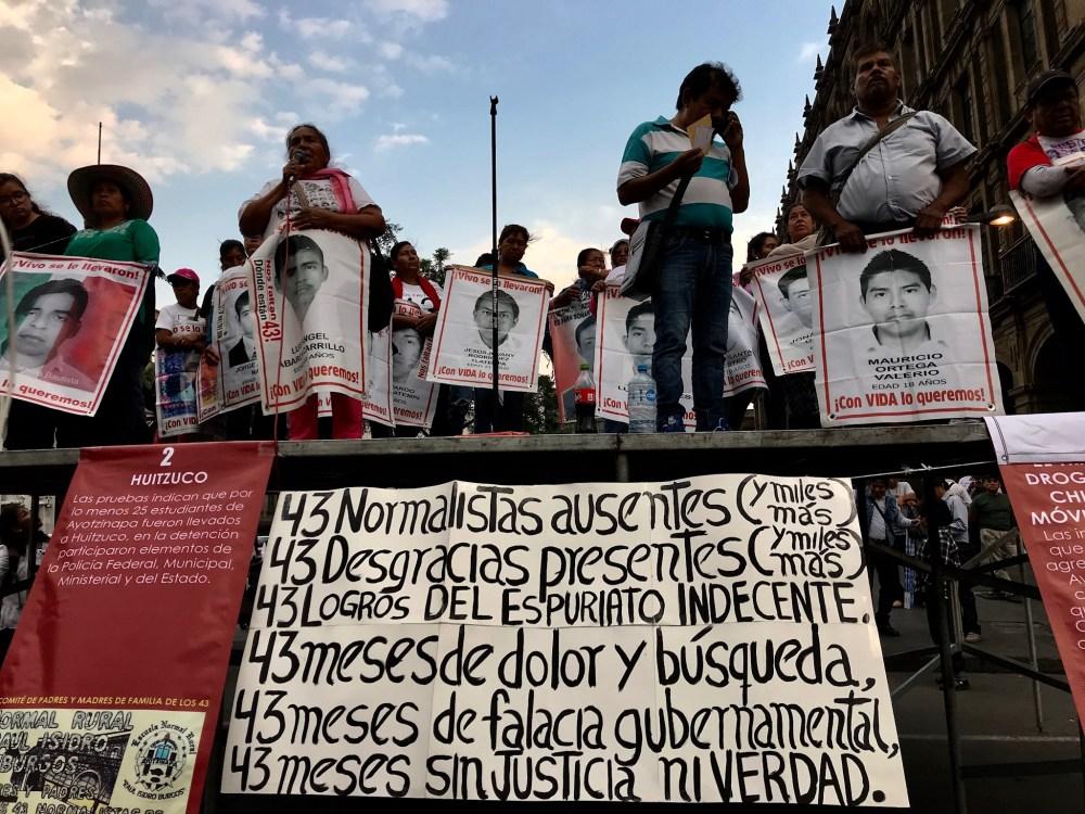 Mitin de las madres y padres de familia de los 43 estudiantes de Ayotzinapa en la Ciudad de México a 43 meses de la desaparición forzada de los normalistas, 26 de abril de 2016 | Fotografía de José Luis García.