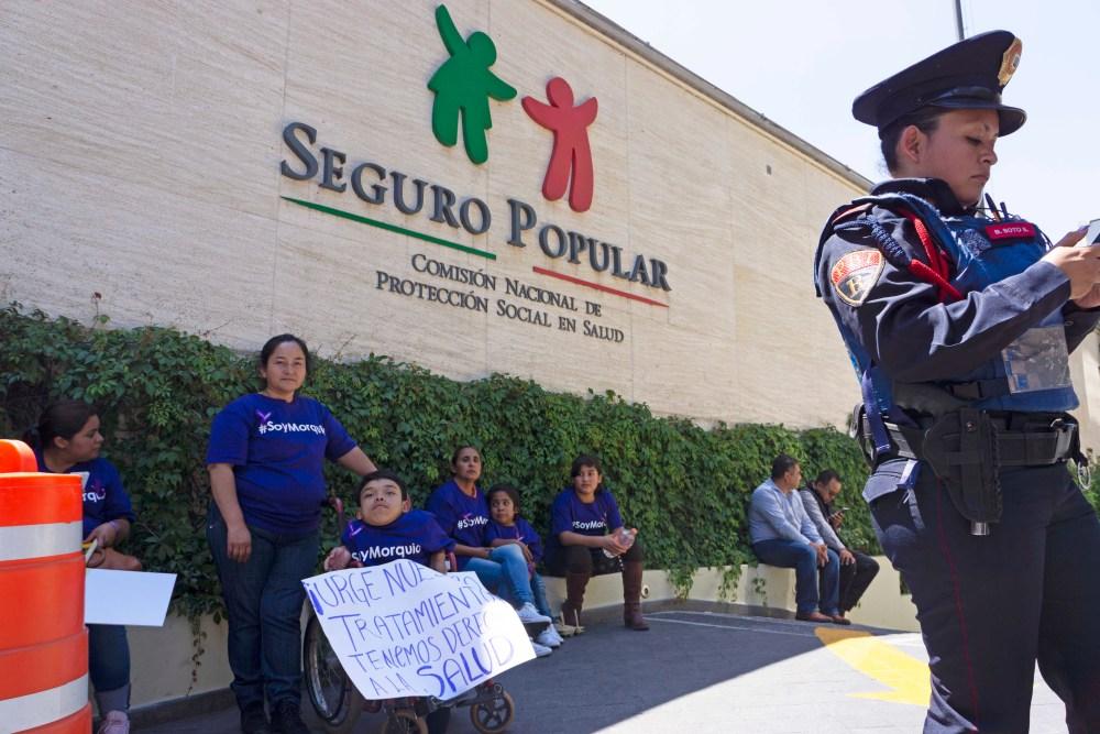 Manifestantes con Morquio en las oficinas de la Comisión Nacional de Protección Social en Salud - Seguro Popular. Foto: Paty Olivares.