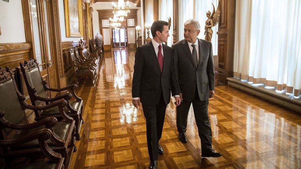 El presidente electo de México, Andrés Manuel López Obrador, a la derecha, habla con el actual presidente, Enrique Peña Nieto, en el Palacio Nacional en la Ciudad de México. (EPA / Shutterstock)
