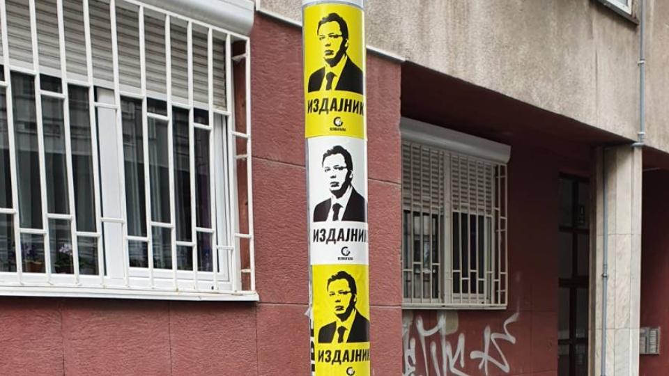 """""""VUČIĆ IZDAJNIK"""": Pokret Oslobođenje počeo sa akcijom milion nalepnica za izdajnika"""