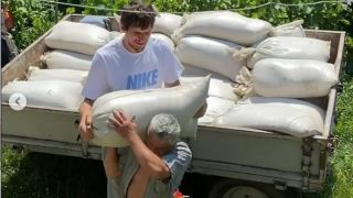 Bobi Marjanović pomaže dedi, nosi džakove u rodnom selu (VIDEO)
