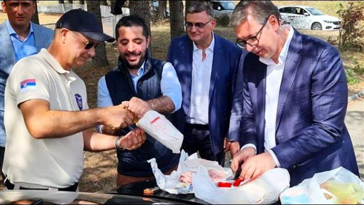 Otkriveno šta predsednik Srbije DORUČKUJE: 'LEBAC I SALAMU! Sram te bilo Srbijo!