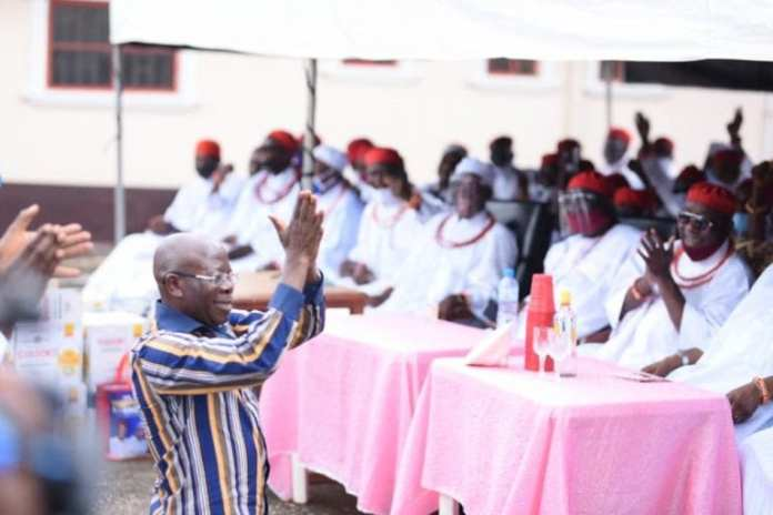 How Oshiomole, Ize-Iyamu kneel to beg Benin Traditional Rulers for Support [PHOTOS]