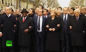 Staatenlenker dieser Welt stehen Arm in Arm bei der Antiterror-Demonstration in Paris am 11. Januar 2015. Der Präsident der palästinensischen Autonomiebehörde Mahmoud Abbas steht rechts aussen in der ersten Reihe (Bildquelle: RT video screenshot)