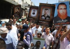 Palästinenser in Ramallah halten Bilder von Gefägnisinsassen hoch. (Foto REUTERS/Mohamad Torokman)