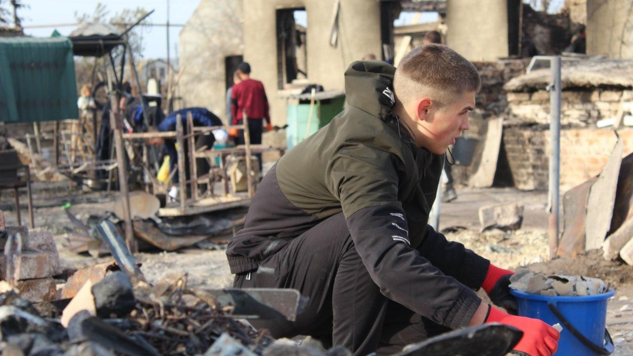 Курсанти розбирають завали після пожежі на Луганщині