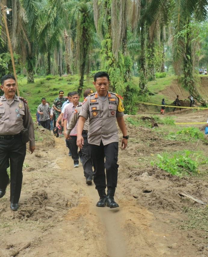 Kapolres Simalungun AKBP Heribertus Ompusunggu, S.I.K.,M.Si Cek Lokasi Longsor Jalinsum Siantar-Tanah Jawa